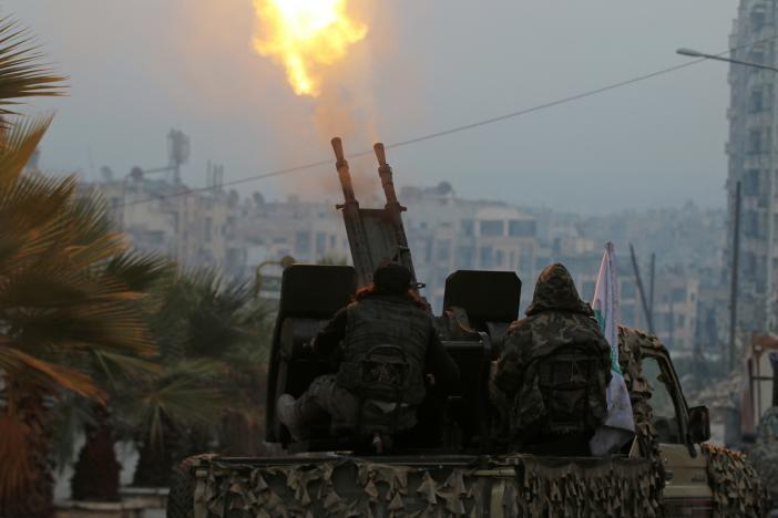 Phe nổi dậy bắn pháo chống cự ngày 12-12. Ảnh: REUTERS