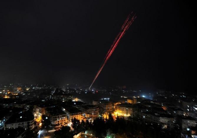 Quân chính phủ bắn pháo sáng mừng chiến thắng tại đông Aleppo ngày 12-12. Ảnh: REUTERS