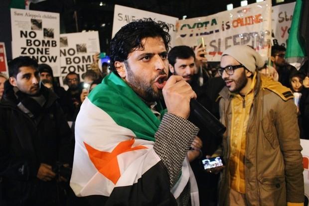 Biểu tình ở London (Anh) chỉ trích phương Tây không cứu Aleppo tối 13-12. Ảnh: MEE