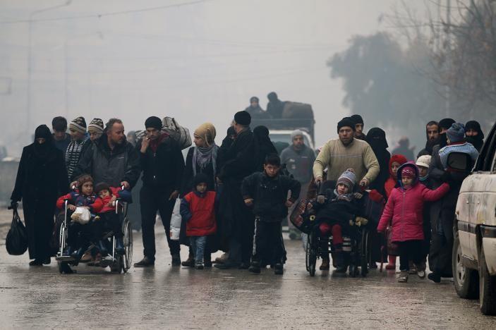 Người dân tại khu vực phe nổi dậy kiểm soát ở đông Aleppo ngày 13-12. Ảnh: REUTERS