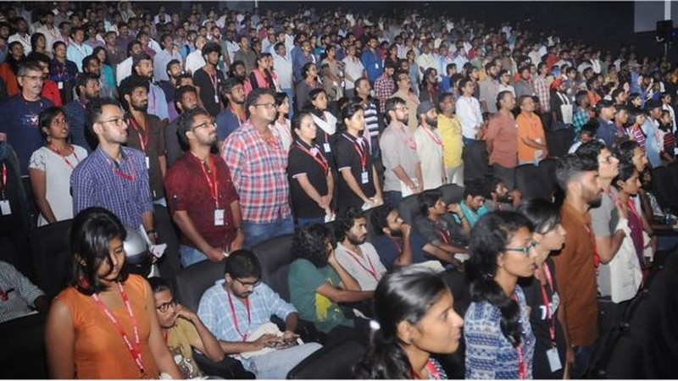 Một số người dân Ấn Độ vẫn ngồi khi quốc ca đang hát trong buổi chiếu phim ngày 11-12, và bị bắt một ngày sau đó. Ảnh: BBC