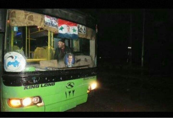 Một trong những xe buýt chở tay súng nổi dậy và dân thường rời khỏi Aleppo. Ảnh: AMN