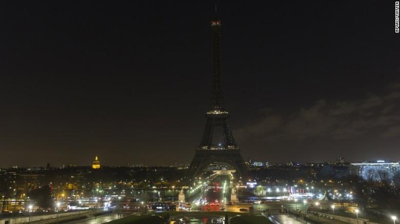 Tháp Eiffel tắt điện tối 14-12 thể hiện sự đồng cảm với người dân Aleppo. Ảnh: CNN