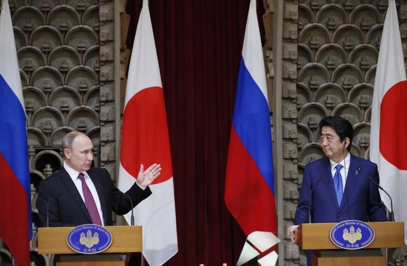 Tổng thống Nga Putin (trái) và Thủ tướng Nhật Abe họp báo chung tại Tokyo (Nhật) ngày 16-12. Ảnh: AP