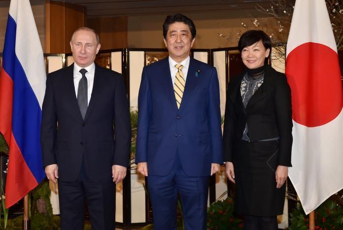 Tổng thống Putin (trái), Thủ tướng Abe và vợ tại TP Nagato, tỉnh Yamaguchi (Nhật) ngày 15-12. Ảnh: REUTERS