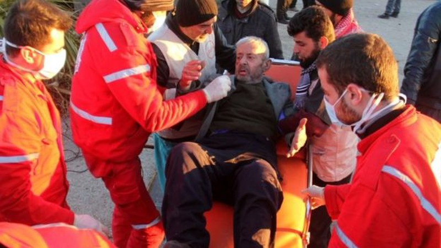 Nhân viên Hội Chữ thập đỏ Quốc tế giúp đỡ người bị thương sơ tán khỏi Aleppo ngày 15-12. Ảnh: BBC