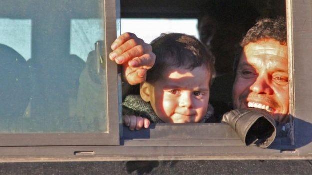 Người dân trên xe buýt đi sơ tán khỏi Aleppo ngày 15-12. Ảnh: AFP