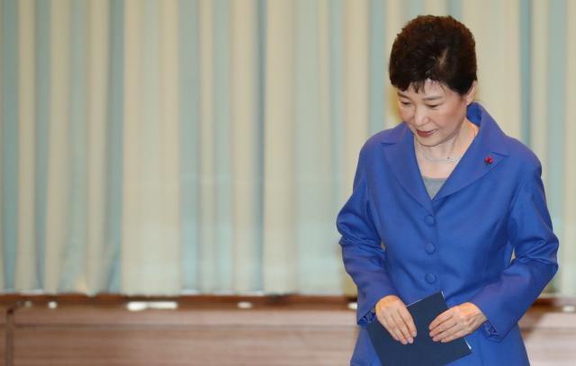 Tổng thống Park trong cuộc họp nội các khẩn cấp ngày 9-12, sau khi bị Quốc hội thống nhất đề xuất luận tội. Ảnh: REUTERS