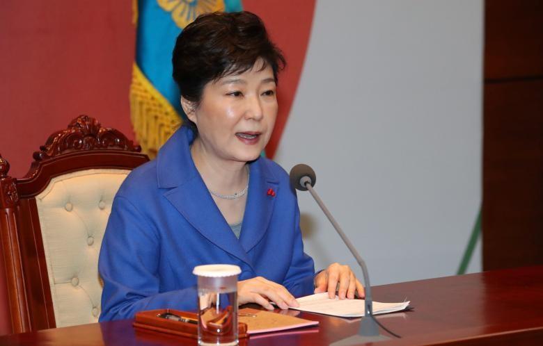 Tổng thống Park Geun-hye tại cuộc họp nội các khẩn ở dinh tổng thống tại Seoul (Hàn Quốc) ngày 9-12. Ảnh: REUTERS