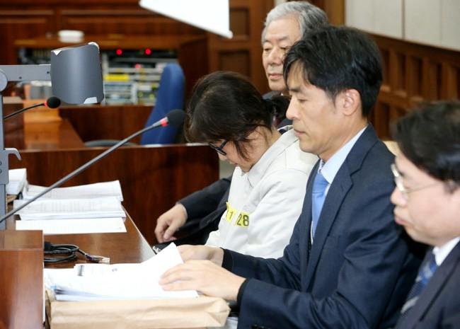 Bà Choi Soon-sil tại tòa. Ảnh: REUTERS