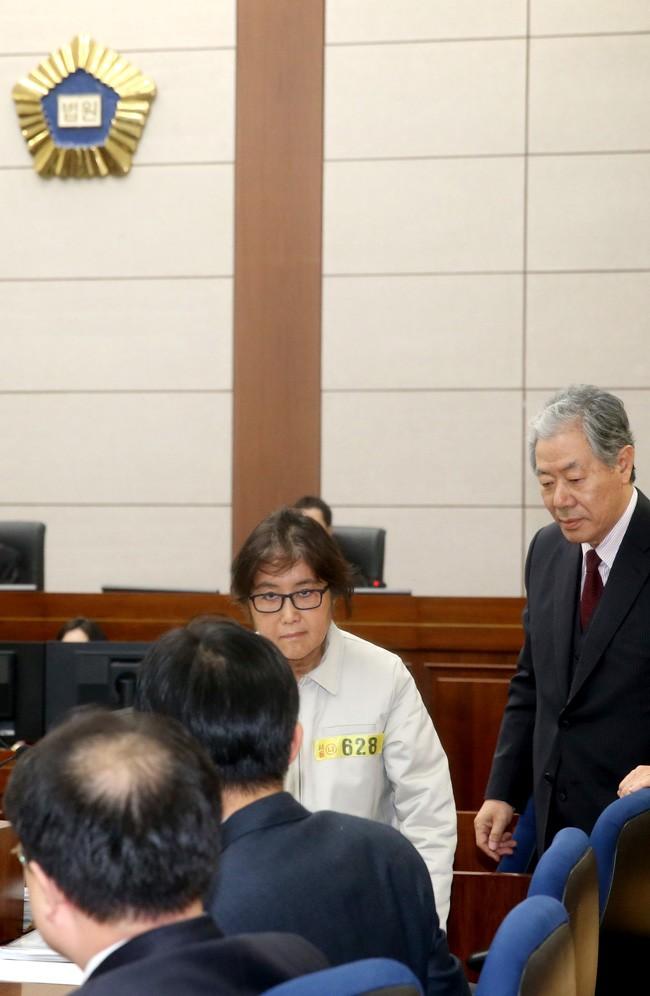 Bà Choi Soon-sil cùng các luật sư tại tòa. Ảnh: KOREA TIMES