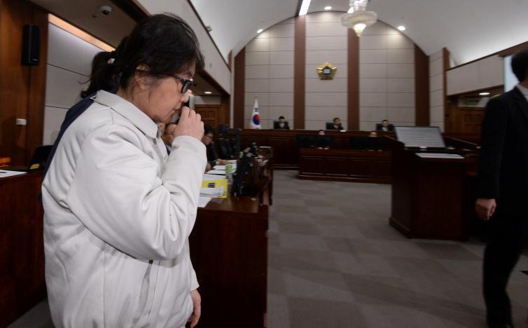 Bà Choi Soon-sil xuất hiện tại tòa trong trang phục nhà tù. Ảnh: KOREA TIMES