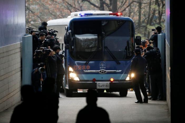 Xe chở bà Choi Soon-sil đến tòa án. Ảnh: REUTERS
