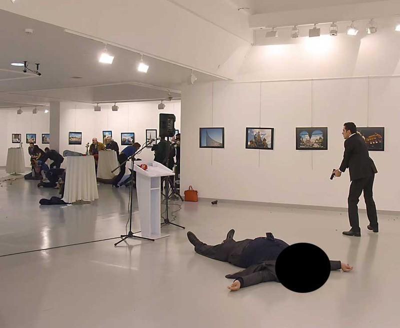 Đại sứ Andrei Karlov ngã gục sau khi bị kẻ ám sát Mevlut Mert Altintas bắn 5 phát vào lưng từ vị trí gần. Ảnh: AFP