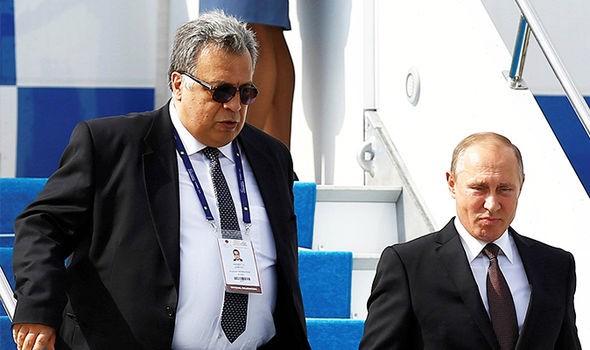 Đại sứ Andrei Karlov (trái) và Tổng thống Putin tại Istanbul (Thổ Nhĩ Kỳ) tháng trước. Ảnh: REUTERS