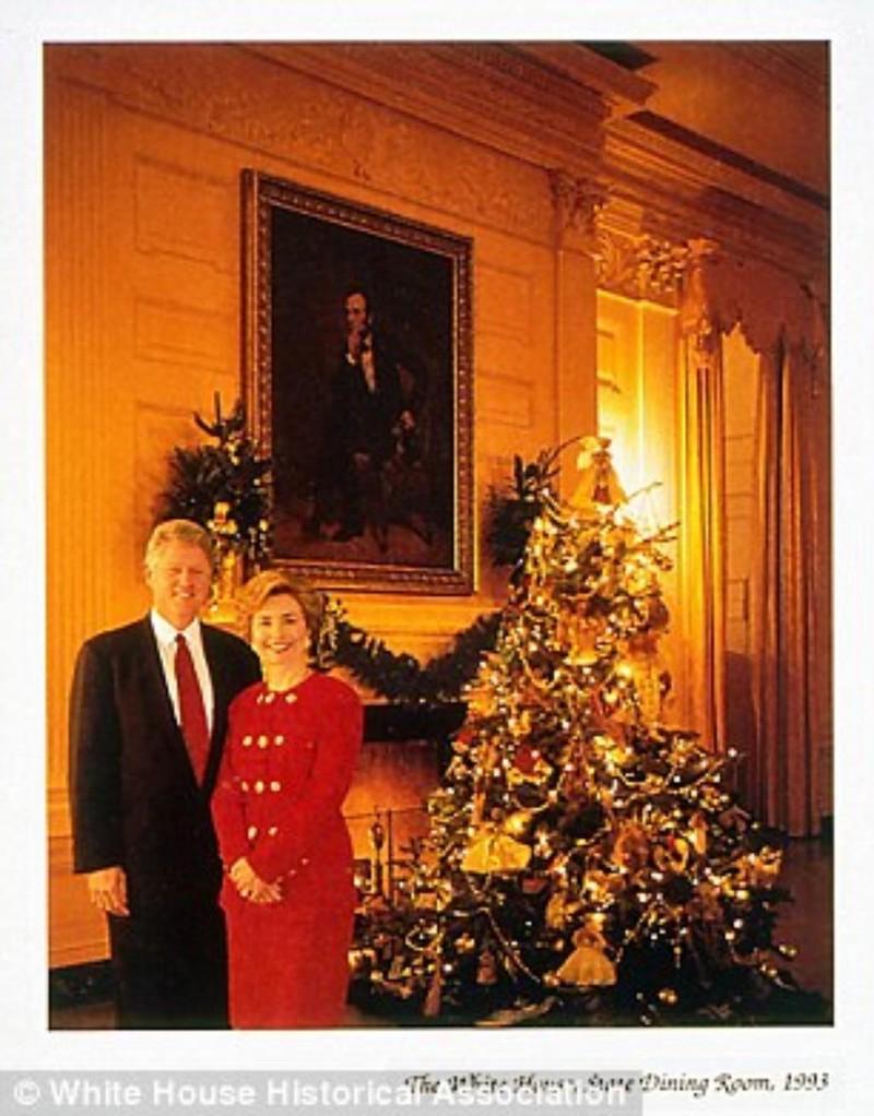 Tổng thống Bill Clinton và Đệ nhất phu nhân Hillary Clinton trong tấm thiệp Giáng sinh của Nhà Trắng năm 1993. Ảnh: DAILY MAIL