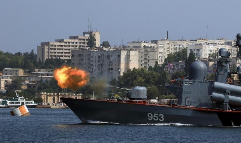 Tàu chiến Nga tại cảng Sevastopol thuộc bán đảo Crimea ngày 23-2. Ảnh: REUTERS