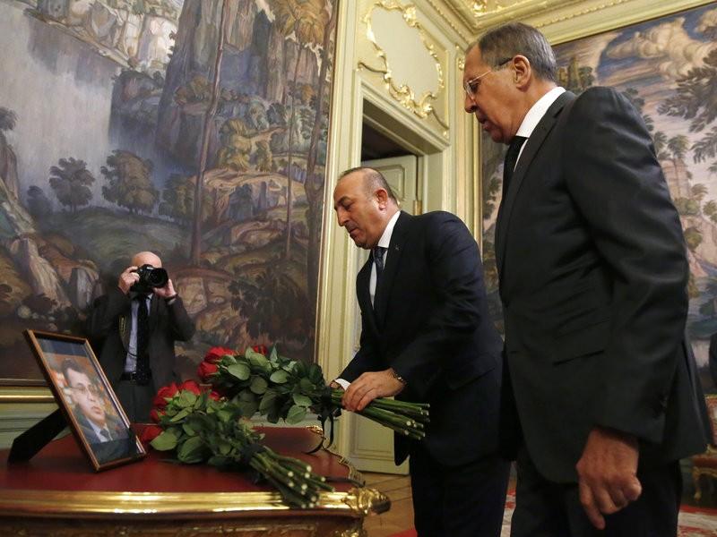 Ngoại trưởng Nga Sergey Lavrov (phải) và Ngoại trưởng Thổ Nhĩ Kỳ Mevlut Cavusoglu tại buổi tưởng niệm đại sứ Andrei Karlov ở Moscow (Nga) ngày 20-12. Ảnh: AP