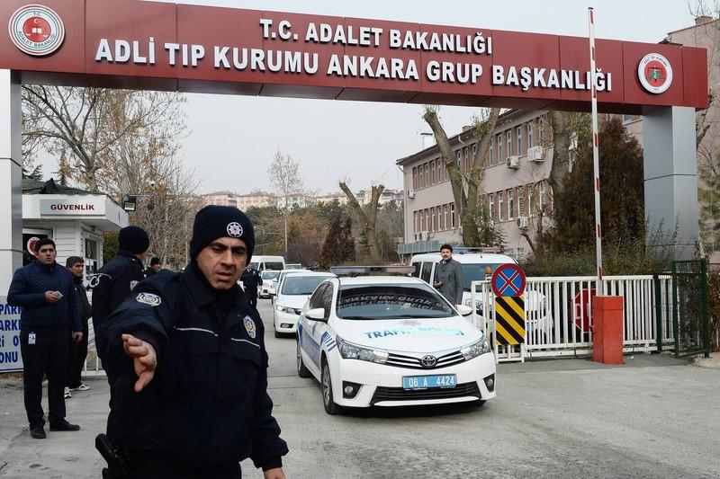 Phái đoàn Nga rời trung tâm khám nghiệm tử thi ở Ankara (Thổ Nhĩ Kỳ) ngày 20-12 sau khi khám nghiệm thi thể đại sứ Nga Andrei Karlov. Ảnh: GETTY IMAGES
