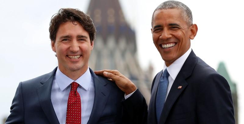 Thủ tướng Canada Trudeau (trái) có công tạo ra tấm thiệp gia đình Obama. Ảnh: REUTERS