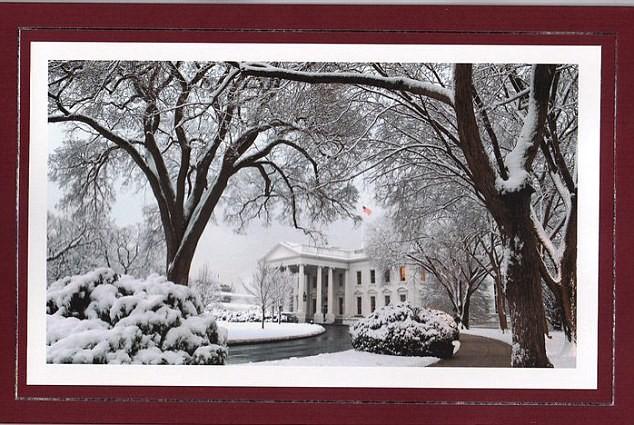 Tấm thiệp Giáng Sinh của Nhà Trắng năm 2010 đưa hình ảnh Nhà Trắng chìm trong tuyết mùa đông. Ảnh: DAILY MAIL