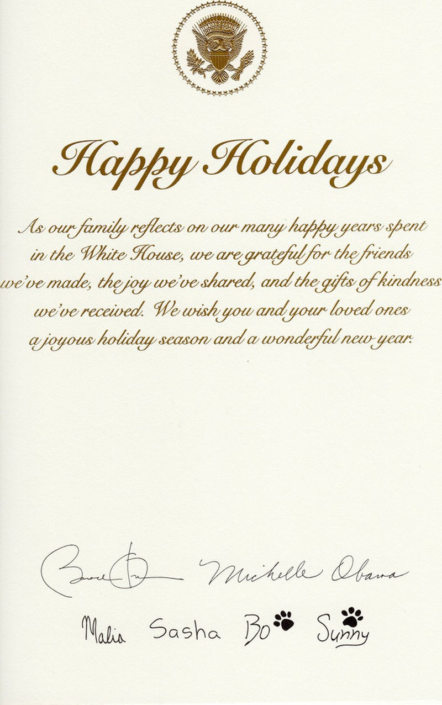 Lời chúc cùng chữ ký các thành viên gia đình, cả hai chú chó cưng trong mặt sau tấm thiệp. Ảnh: HUFFINGTON POST