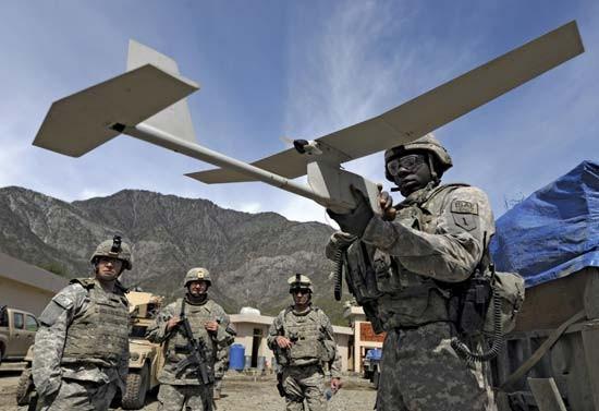 Binh sĩ Mỹ và máy bay không người lái Raven RQ-11. Ảnh: GETTY IMAGES