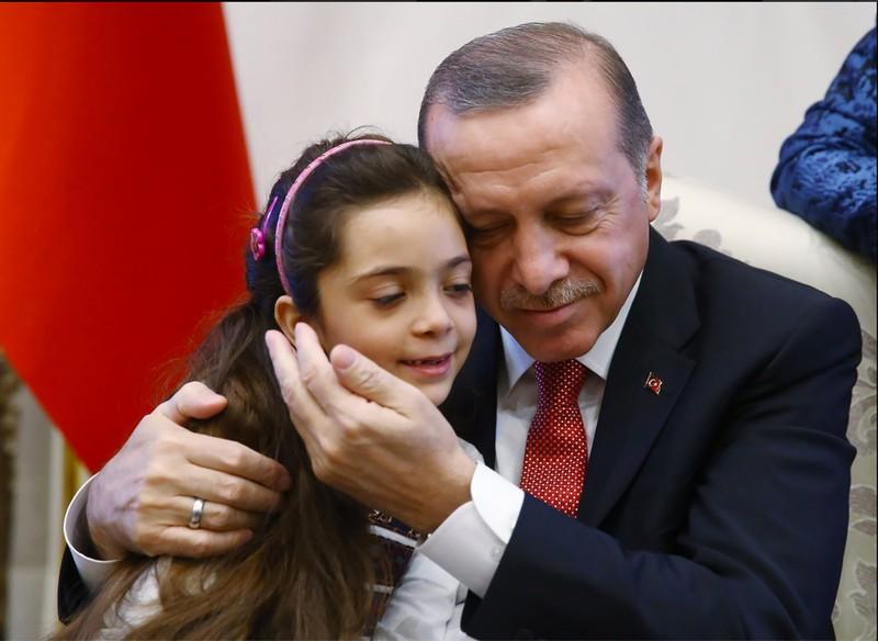 Tổng thống Recep Tayyip Erdogan và bé gái Bana Al-Abed 7 tuổi đến từ Aleppo (Syria) tại dinh tổng thống ở Ankara (Thổ Nhĩ Kỳ) ngày 21-12. Ảnh: TWITTER