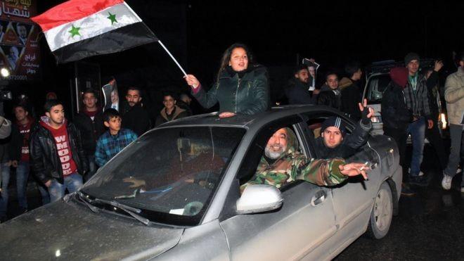 Ăn mừng chính phủ kiểm soát Aleppo tối 22-12.