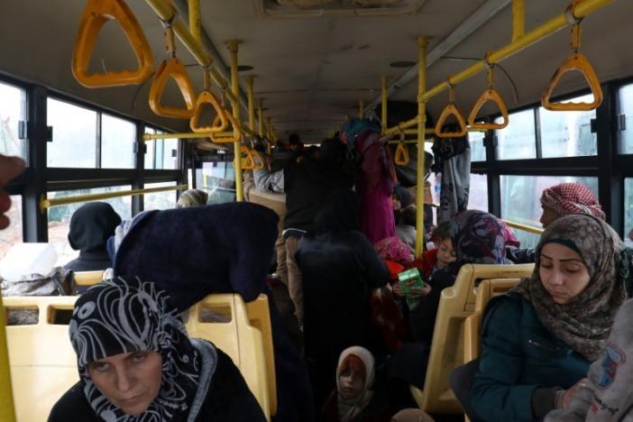 Những người dân Aleppo cuối cùng đi sơ tán ngày 22-12. Ảnh: REUTERS