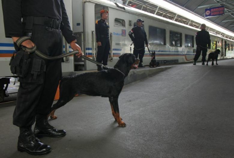 Cảnh sát Indonesia và chó nghiệp vụ tuần tra tại Surabaya (East Java, Indonesia) ngày 23-12. Ảnh: REUTERS