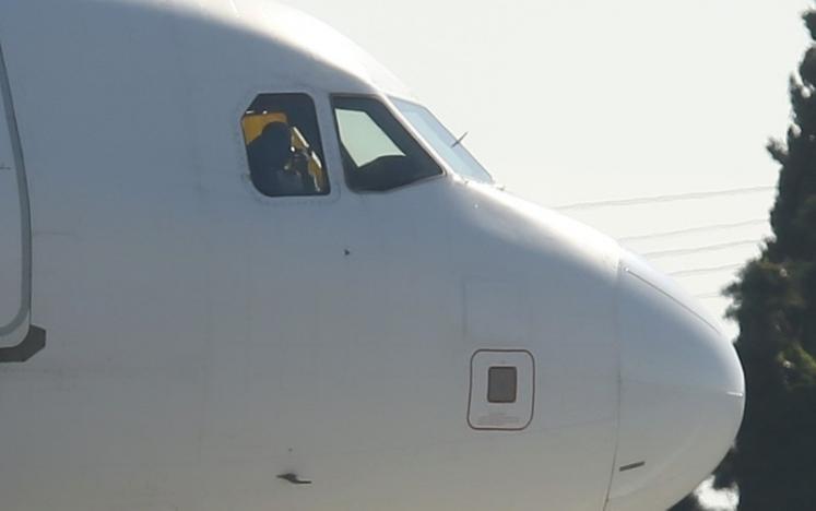 Cận cảnh chiếc máy bay bị không tặc khống chế. Ảnh: REUTERS