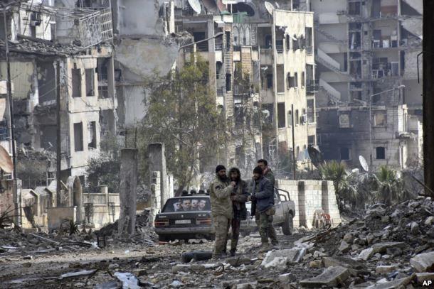 Quân chính phủ Syria tại quận Ansari ở đông Aleppo ngày 23-12. Ảnh: AP