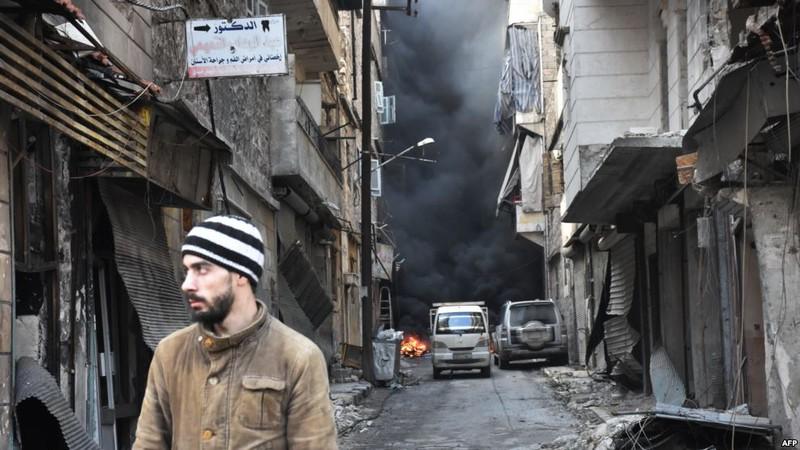 Người dân tại quận Salaheddin ở Aleppo ngày 23-12. Ảnh: AFP