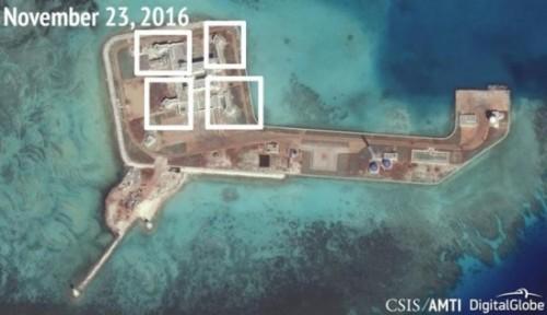 Ảnh vệ tinh của CSIS chụp ngày 23-11 cho thấy Trung Quốc lắp đặt trái phép súng phòng không trên đá Tư Nghĩa thuộc quần đảo Trường Sa của Việt Nam. Ảnh: CSIS