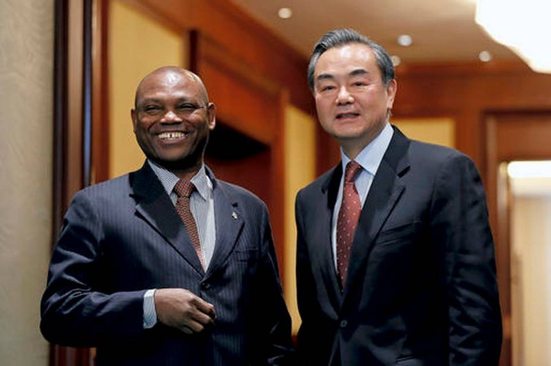 """Ngoại trưởng Urbino Botelho (trái) nói Sao Tome and Principe """"muốn chuộc lại sai lầm trong quá khứ"""" khi cắt đứt quan hệ với Trung Quốc. Ảnh: AP"""