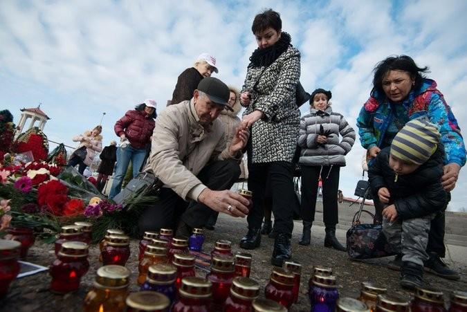 Người dân Sochi tưởng niệm nạn nhân trên bờ biển ngày 26-12. Ảnh: EPA