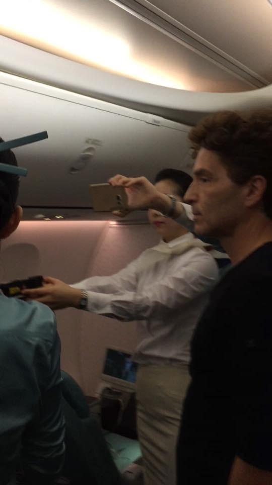 Thành viên phi hành đoàn Korean Air cầm súng điện trong vụ khống chế hành khách quậy. Ảnh: TWITTER
