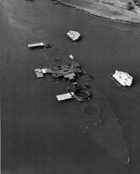 Ảnh chụp từ trên không chiếc thiết giáp hạm USS Arizona vẫn chìm dưới biển vào thập niên 1950. Ảnh: WIKIPEDIA