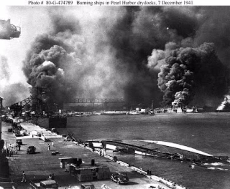 Tàu USS Helena bốc cháy bên phải. Tàu chìm ở giữa là USS Oglala. Ảnh: WIKIPEDIA