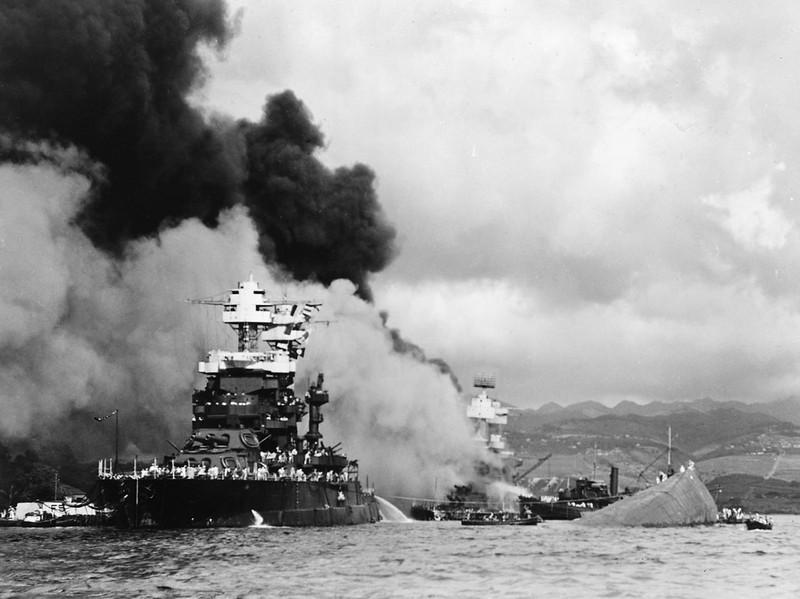 USS Maryland (trái) trong trận Trân Châu Cảng. Tàu USS Oklahoma (phải) chìm sau khi hứng ngư lôi Nhật. Ảnh: BROOSTER'BLOG