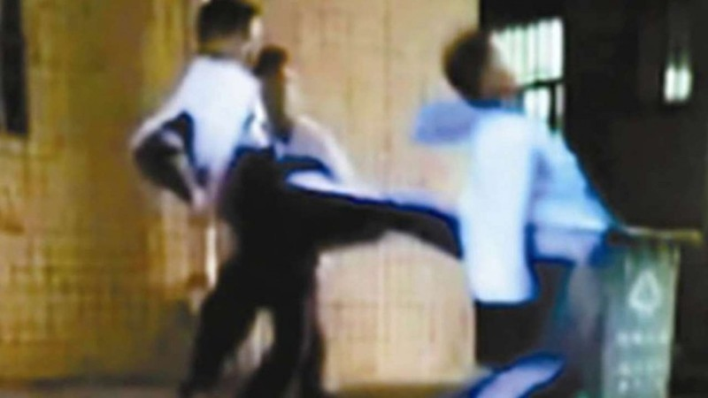 Ảnh SOUTH CHINA MORNING POST chụp từ video các học sinh Thâm Quyến đánh một học sinh nhỏ tuổi hơn.