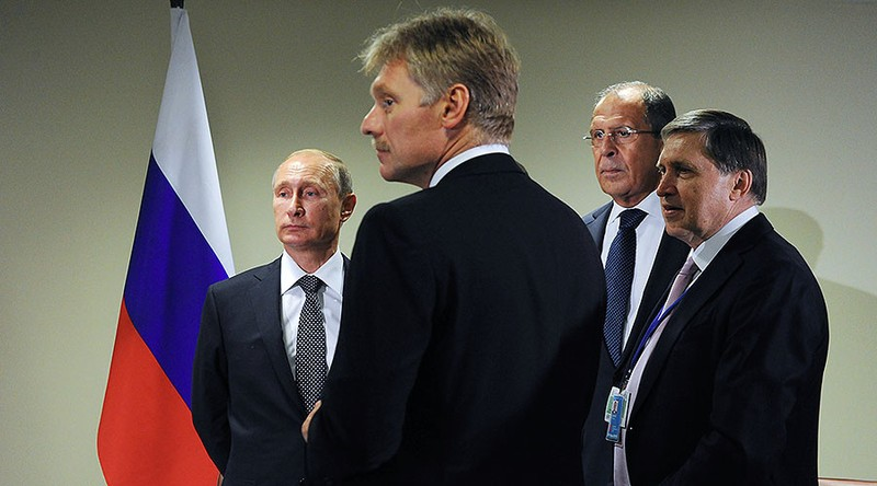 (Từ phải sang): Trợ lý Tổng thống Yury Ushakov, Ngoại trưởng Nga Sergey Lavrov, người phát ngôn Tổng thống Dmitry Peskov, Tổng thống Nga Putin. Ảnh: SPUTNIK