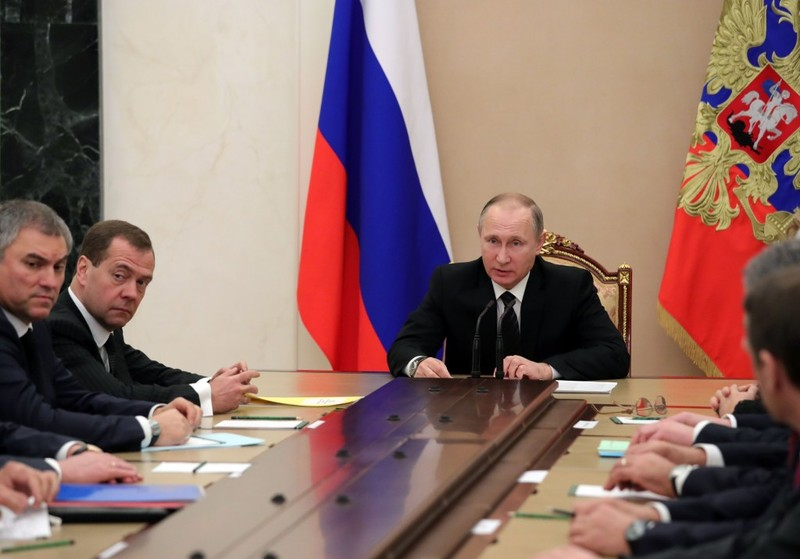 Tổng thống Nga Vladimir Putin (giữa) họp với Hội đồng An ninh Nga ngày 28-12. Ảnh: AFP