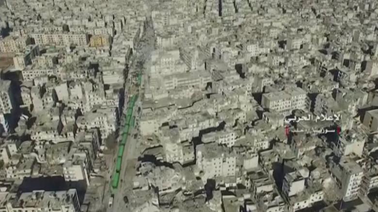 Đoàn xe chở dân thường và phe nổi dậy Aleppo sơ tán ngày 15-12. Ảnh: REUTERS