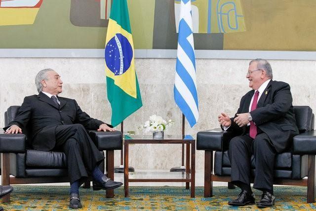 Đại sứ Hy Lạp Kyriakos Amiridis (phải) được Tổng thống Brazil Michel Temer tiếp ngày 25-5. Ảnh: REUTERS