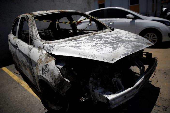 Thủ phạm cố tình đốt thi thể đại sứ Amiridis cùng chiếc xe để đánh lạc hướng điều tra. Ảnh: REUTERS
