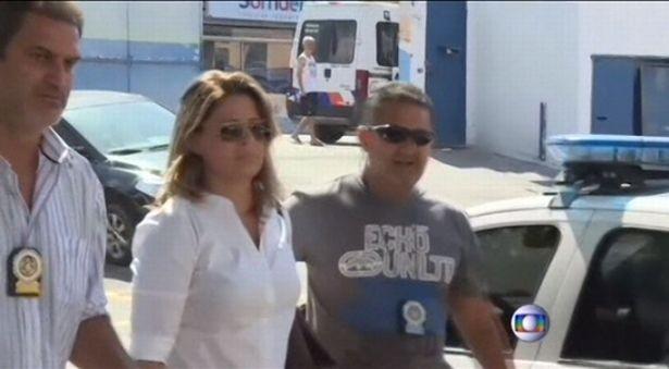 Cảnh sát bắt giữ cô vợ Françoise. Ảnh: REUTERS