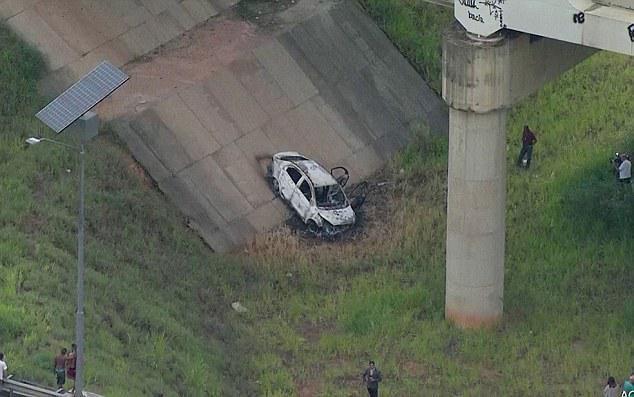 Chiếc xe nơi chứa thi thể đại sứ Amiridis bị phóng hỏa. Ảnh: REUTERS