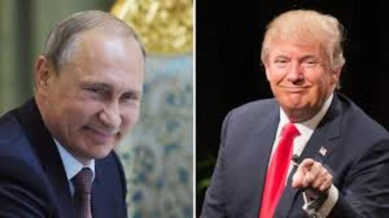 Ông Trump (phải) khen ông Putin (trái ) thông minh khi không trục xuất nhà ngoại giao Mỹ. Ảnh: AP